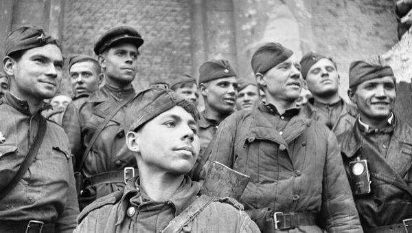 Soldados del Ejército Rojo que asaltaron el Reichstag, en Berlín - Sputnik Mundo