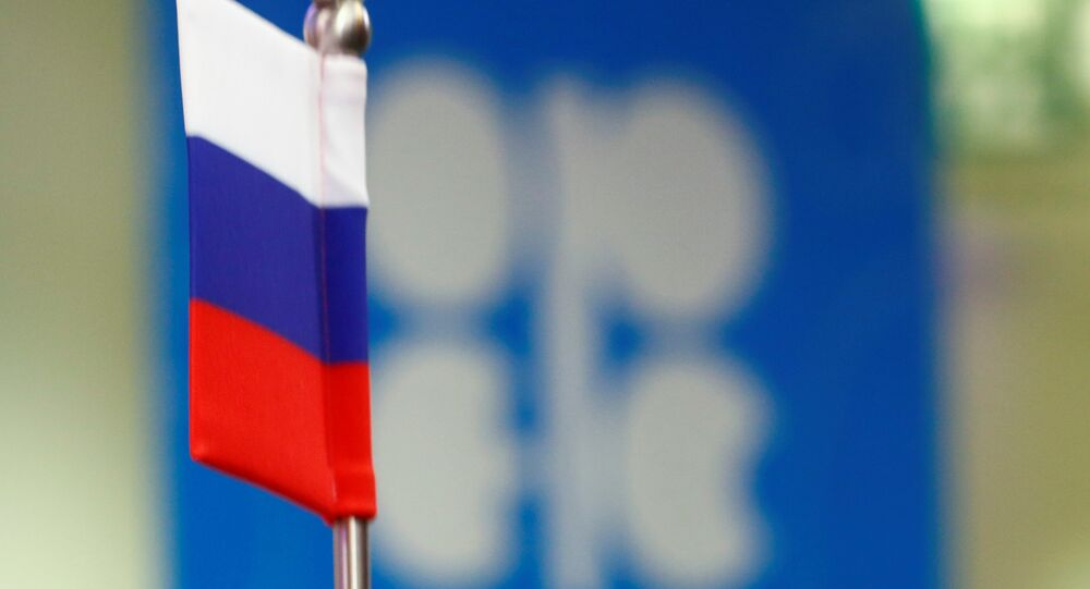 La bandera de Rusia y el logo de OPEP