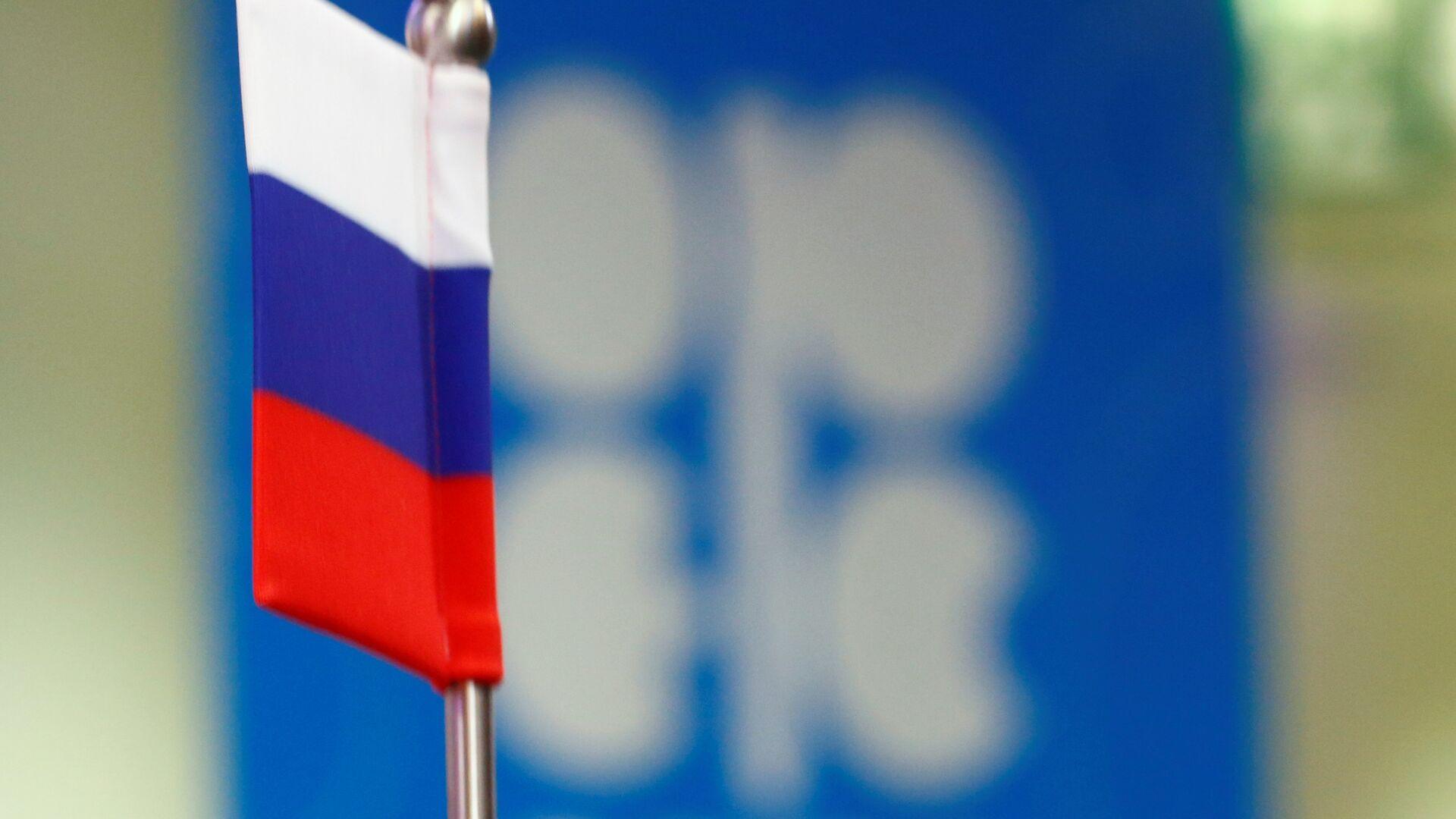 La bandera de Rusia y el logo de OPEP - Sputnik Mundo, 1920, 30.07.2021