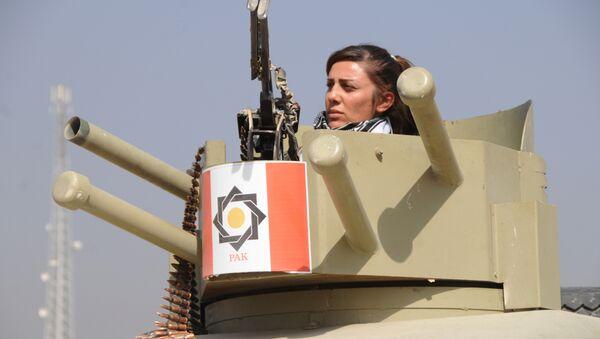Una combatiente de la unidad femenina de los Peshmerga - Sputnik Mundo