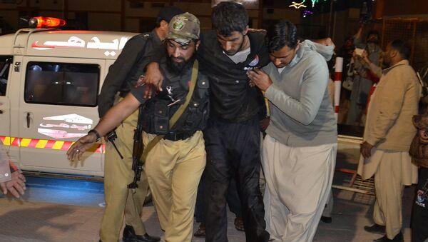 Los voluntarios y los policías pakistaníes ayudan a trasladar a un herido a un hospital de Quetta - Sputnik Mundo