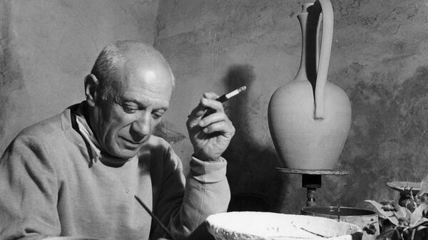 Pablo Picasso applies himself to a project of ceramics in his workshop in Vallauris April 1949 - Sputnik Mundo