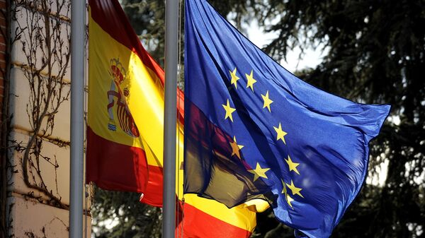 The Spanish flag and the European Union flag fly in front of the Moncloa palace in Madrid on January 8, 2010 - Sputnik Mundo
