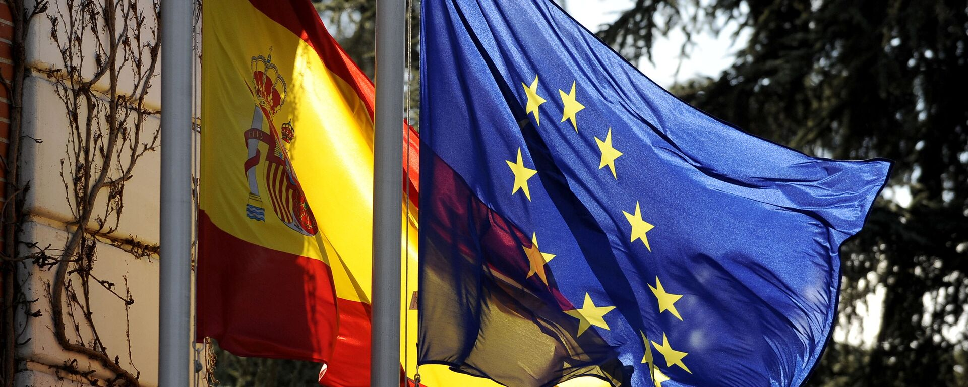 The Spanish flag and the European Union flag fly in front of the Moncloa palace in Madrid on January 8, 2010 - Sputnik Mundo, 1920, 16.06.2021
