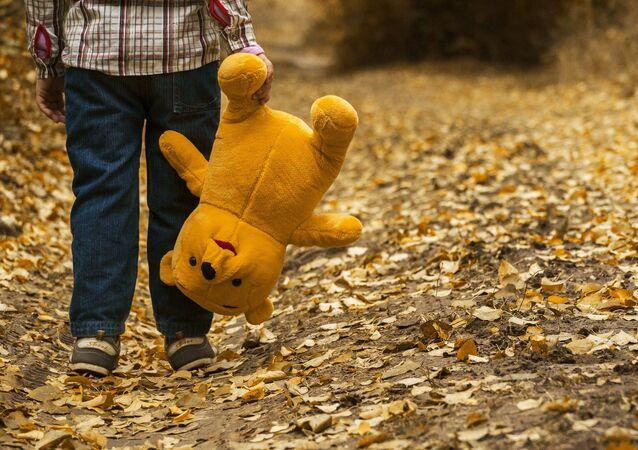 Un niño y su juguete