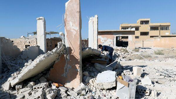 Las consecuencias del bombardeo de una escuela en Idlib (archivo) - Sputnik Mundo