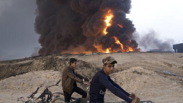 Un incendio de un campo de petróleo cerca de Mosul (archivo) - Sputnik Mundo