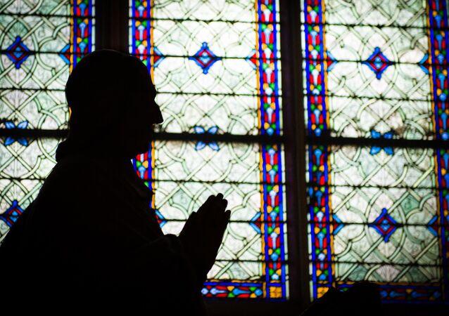 Persona rezando (imagen referencial)