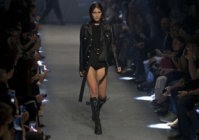 La modelo estadounidense Bella Hadid presenta una colección de Versache (archivo)