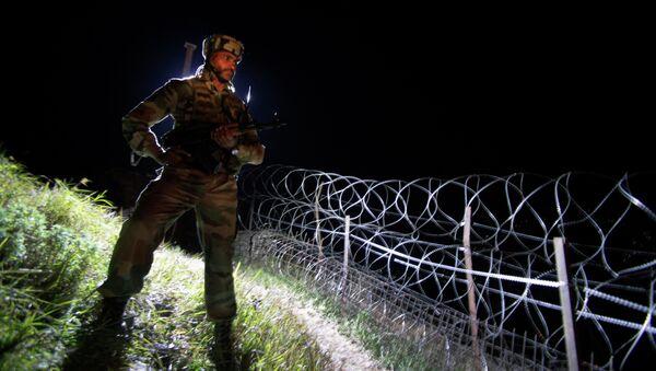 Un soldado de la India en Cachemira, frontera indio-pakistaní (archivo) - Sputnik Mundo
