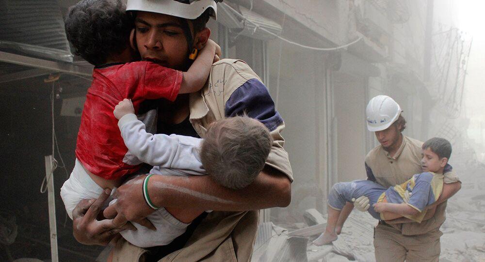 Miembros de Cascos Blancos con menores en manos