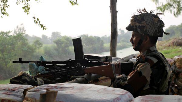 Un soldado guarda la frontera entre la India y Pakistán - Sputnik Mundo