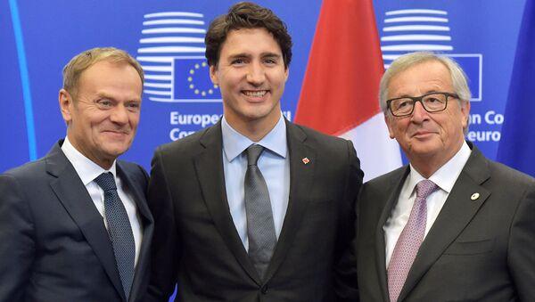 El presidente del Consejo Europeo, Donald Tusk, el primer ministro de Canadá, Justin Trudeau, el presidente de la Comisión Europea, Jean-Claude Juncker. - Sputnik Mundo