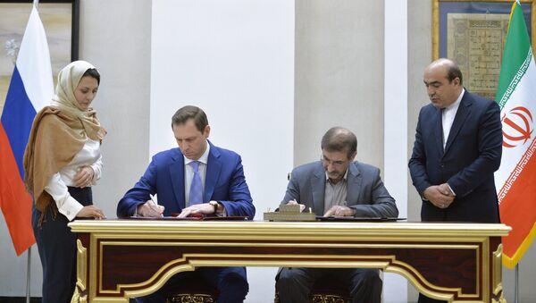 Román Panov, el jefe de la compañía Rosgeologia, firma acuerdo con la parte iraní (archivo) - Sputnik Mundo