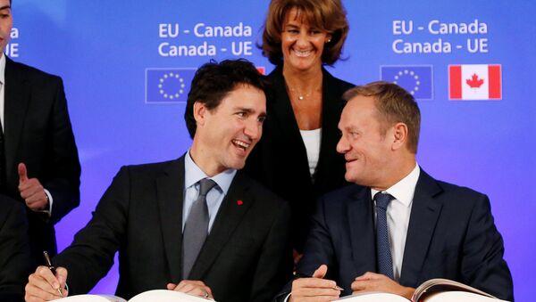 El primer ministro de Canadá, Justin Trudeau y el presidente del Consejo Europeo, Donald Tusk - Sputnik Mundo