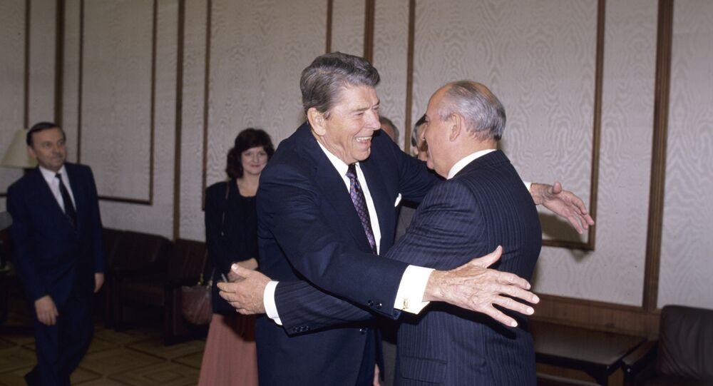 Ronald Reagan y Mijail Gorbachov