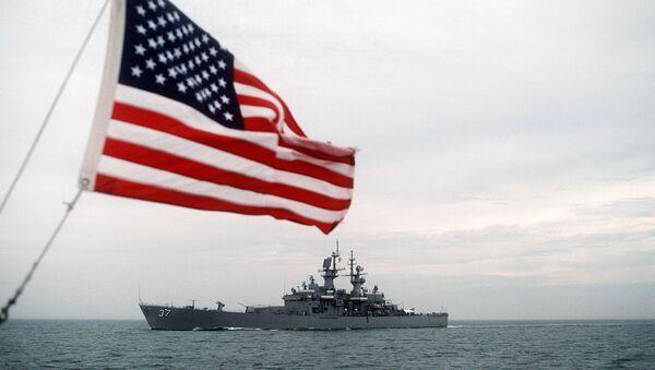 La bandera de EEUU y el buque estadounidense, equipado con misiles nucleares guiados, USS South Carolina - Sputnik Mundo