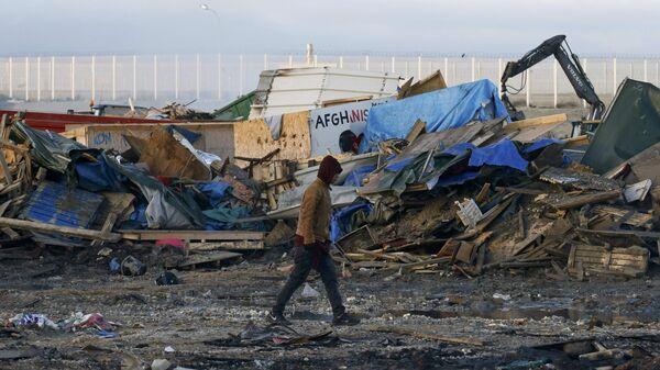 La demolición del campamento de refugiados en Calais, Francia - Sputnik Mundo