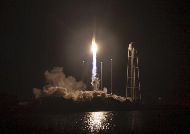 El cohete portador Antares de la empresa Orbital ATK durante el despegue (archivo)