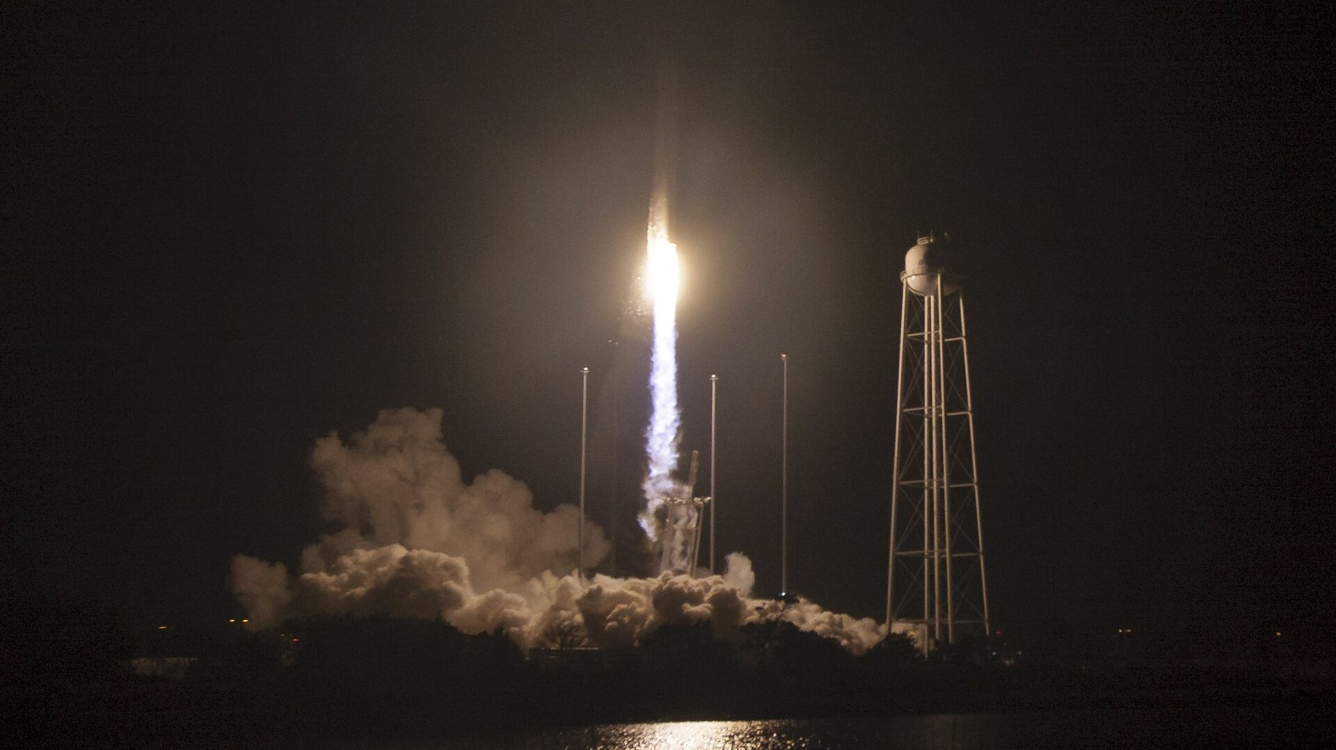 The Orbital ATK Antares rocket launches to deliver a cargo ship for the International Space Station at NASA's Wallops Flight Facility in Virginia - Sputnik Mundo, 1920, 11.08.2021