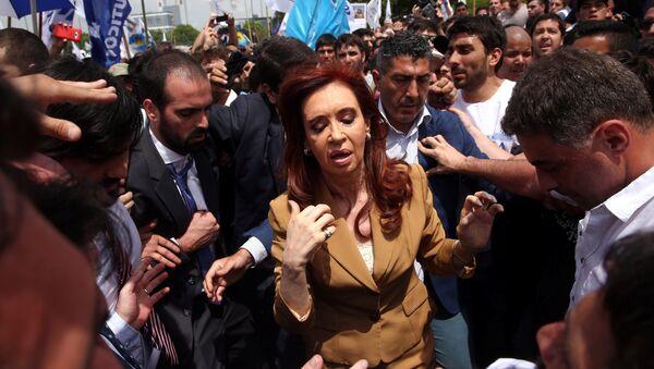 Former Argentine President Cristina Fernandez de Kirchner walks amongst supporters after leaving court in Buenos Aires, Argentina, October31, 2016 - Sputnik Mundo