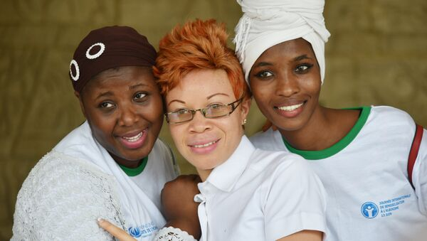 La mujer albina entre sus amigas - Sputnik Mundo