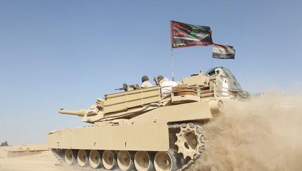 A tank of the Iraqi army drives south of Mosul, Iraq October 30, 2016 - Sputnik Mundo