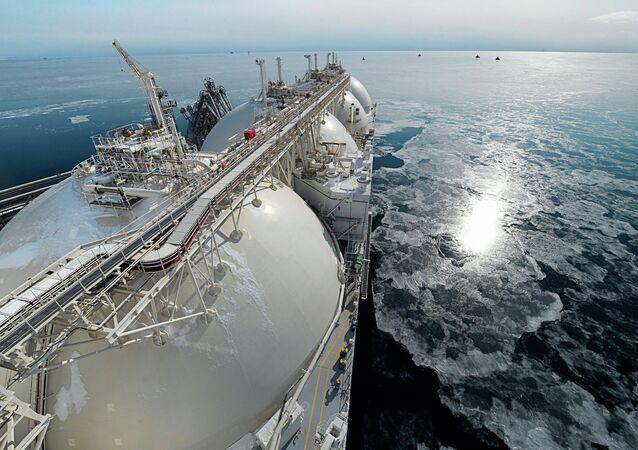 Un buque cisterna con gas licuado