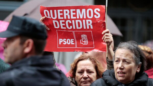 Supporters of Spain's Socialist party (PSOE) hold a poster during a protest outside Spain's Socialist party (PSOE) headquarters in Madrid, Spain - Sputnik Mundo