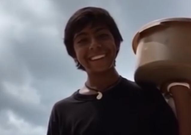 Un joven vendedor de empanadas mexicano