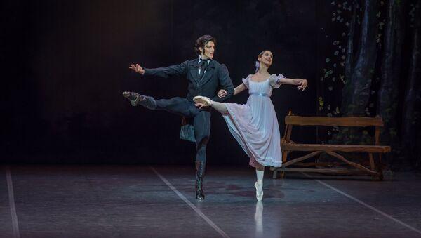 María Noel Riccetto, primera bailarina del Ballet Nacional del Sodre y Ciro Mansilla, primer bailarín del Sodre - Sputnik Mundo