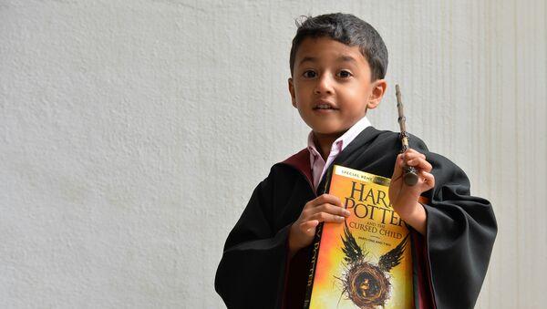 Un niño vestido de Harry Potter - Sputnik Mundo