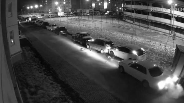#EpicFail: un conductor destroza 13 autos al aparcar - Sputnik Mundo