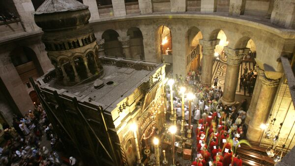 Christian clergymen holding Palm branches walk around the tomb of Jesus Christ during a mass to mark Palm Sunday in the Church of the Holy Sepulchre in Jerusalem's Old City. (File) - Sputnik Mundo