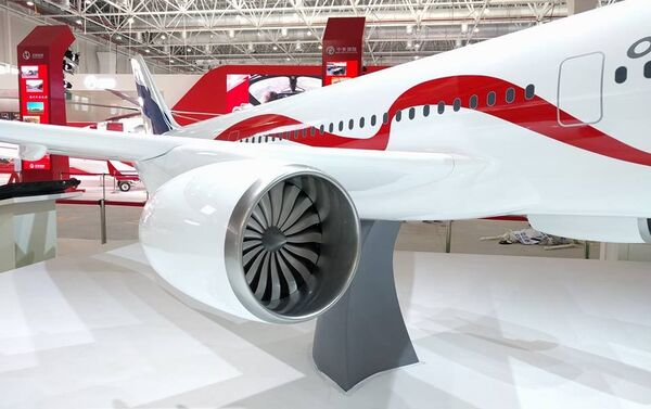 La maqueta del avión de pasajeros ruso-chino de ancho fuselaje C929 / ShFDMS presentada en la feria aeroespacial Airshow China 2016 - Sputnik Mundo