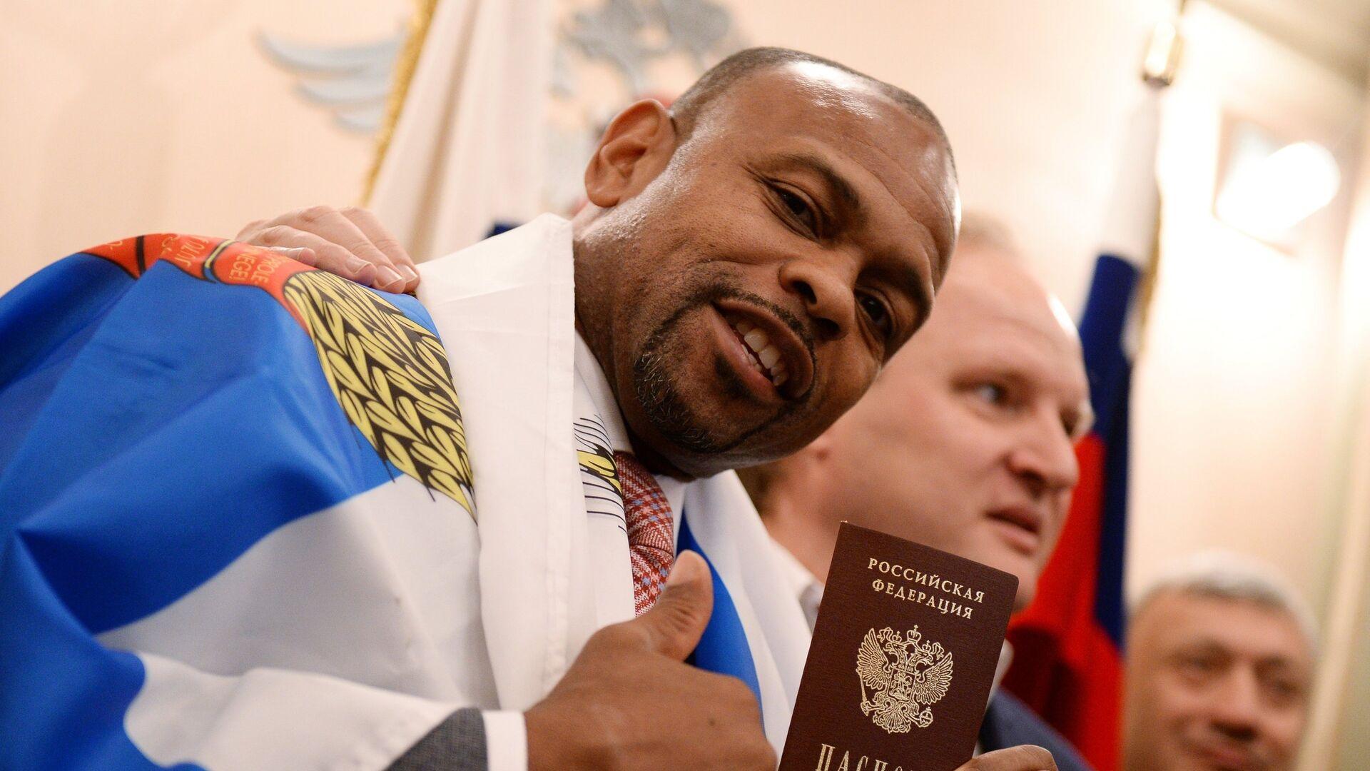 Roy Jones muestra su pasaporte ruso durante la ceremonia de naturalización en Moscú (Rusia), el 27 de octubre del 2015 - Sputnik Mundo, 1920, 12.07.2021