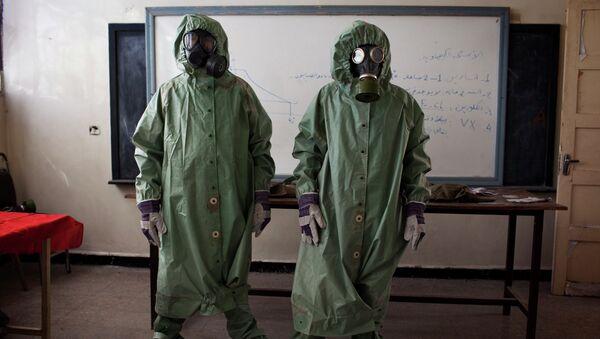 Los voluntarios en las máscaras protectoras en Alepo, Siria - Sputnik Mundo
