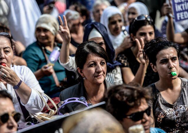 Pervin Buldan (en el centro)