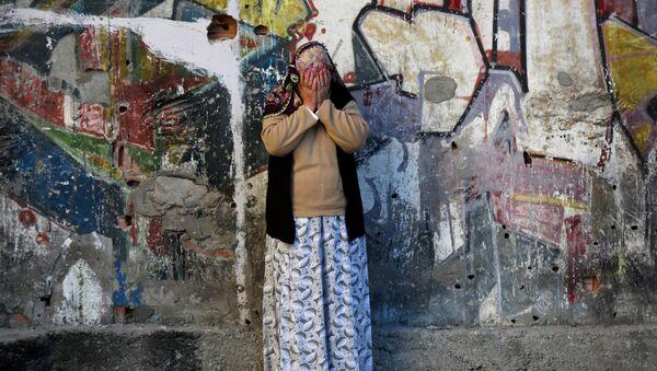 Una mujer llora tras el atentado en Diyarbakir - Sputnik Mundo