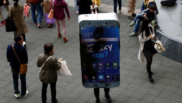 Un hombre en Tokio disfrazado de un Galaxy Note 7, el producto más 'explosivo' de Samsung recientemente - Sputnik Mundo