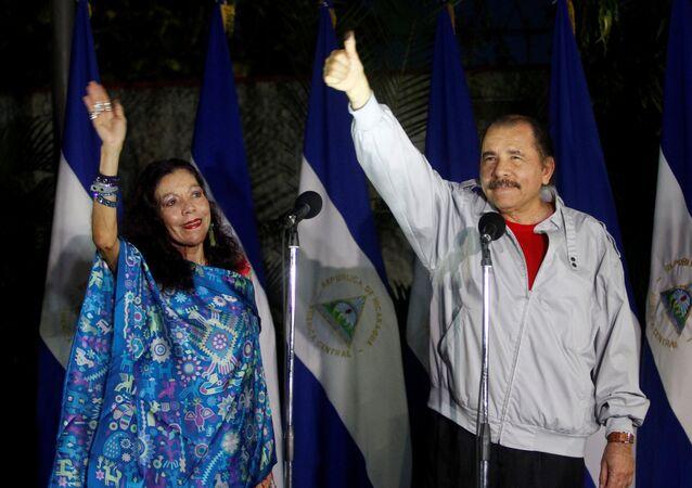 El presidente reelecto de Nicaragua, Daniel Ortega, con su mujer, Rosario Murillo