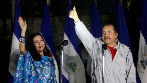 El presidente reelecto de Nicaragua, Daniel Ortega, con su mujer, Rosario Murillo - Sputnik Mundo