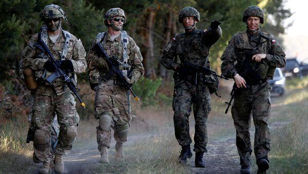 Los soldados de la 6ª Brigada Aerotransportada de Polonia caminan con soldados de la 82ª División Aerotransportada de Estados Unidos durante el ejercicio Anakonda 16 de los aliados de la OTAN cerca de Torun, Polonia - Sputnik Mundo