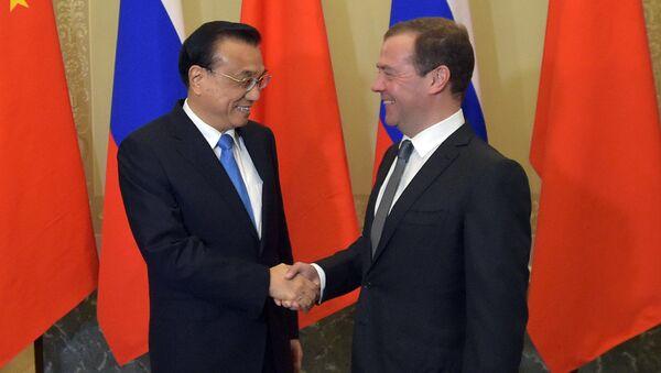 Primer ministro de Rusia, Dmitri Medvédev, y su homólogo chino, Li Keqiang - Sputnik Mundo