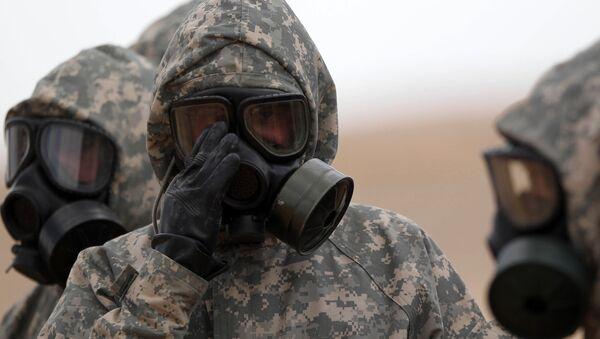 Soldados usan máscaras durante un ejercicio militar simulando un ataque de armas químicas - Sputnik Mundo