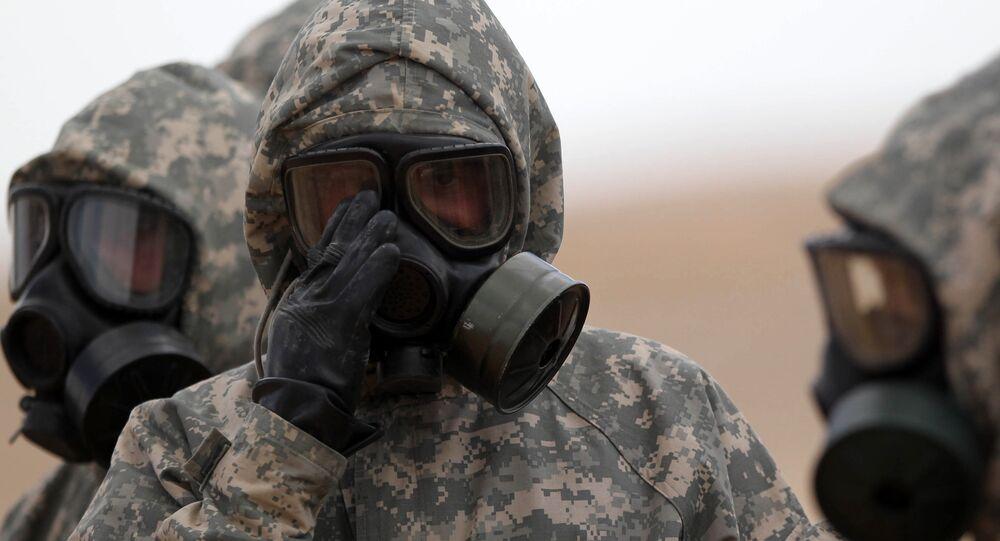 Soldados usan máscaras durante un ejercicio militar simulando un ataque de armas químicas