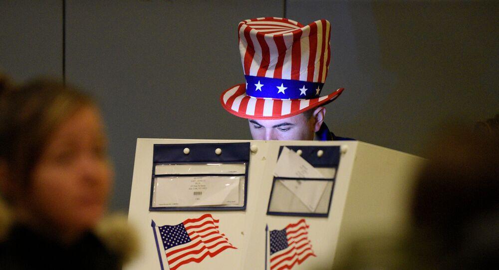 Un hombre echa su voto en las elecciones presidenciales en EEUU