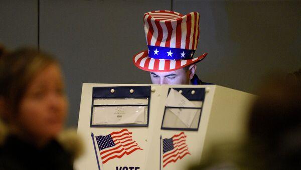 Un hombre echa su voto en las elecciones presidenciales en EEUU - Sputnik Mundo