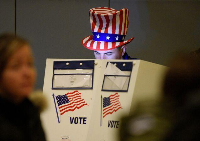 Un hombre echa su voto en las elecciones presidenciales en EEUU (2016)
