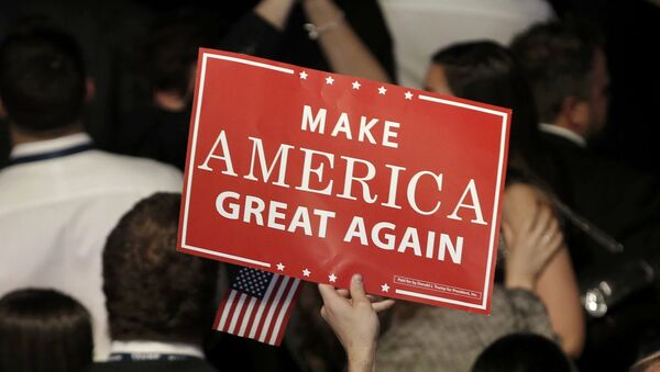 Una pancarta del eslogan del candidato republicano, Donald Trump - Sputnik Mundo